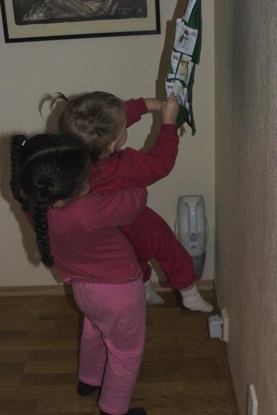 Leona hjelpe Victoria med � rekke opp til julekalenderen:)