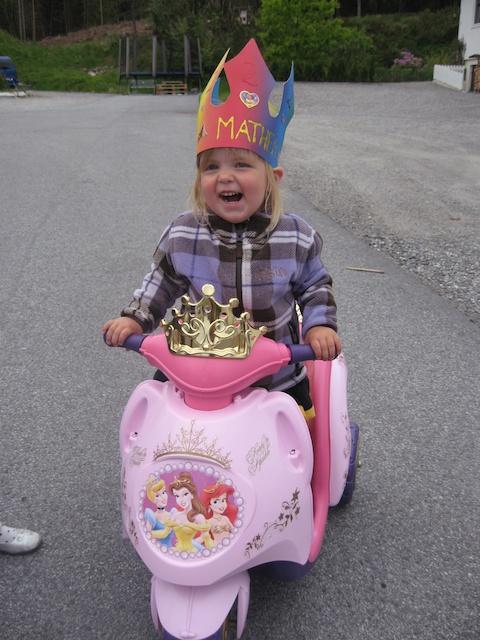 Suuuuuper stolt bursdagsjente p� elektrisk prinsesse scooter!! :)